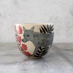 Tasse en grès illustrée Loup gris et fleurs rouges