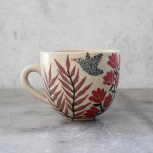 Tasse en grès illustrée oiseau gris et feuillage