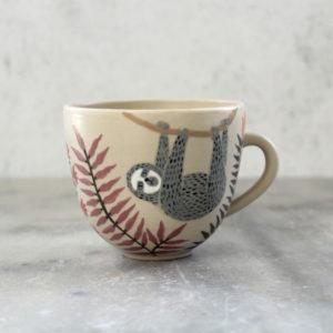 Tasse en grès paresseux gris feuillage décorée à la main