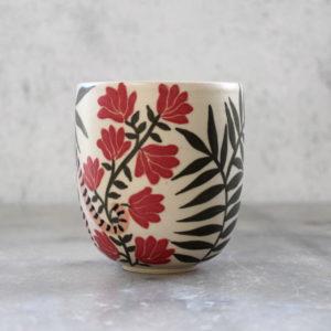 Gobelet en grès tigre et fleurs rouges