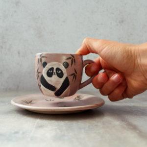 ensemble tasse et sous-tasse panda violet en grès, décoré au pinceau avec des engobes