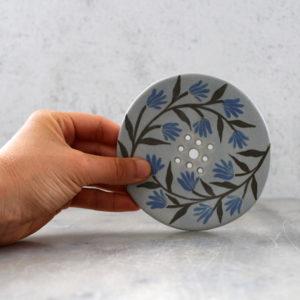 porte savon bleu ciel avec fleurs bleues. Porte savon artisanal en grès décoré au pinceau avec des engobes