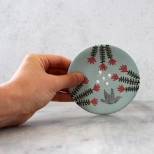 porte savon artisanal en grès décoré à la main. Porte savon turquoise avec oiseau et fleurs rouges