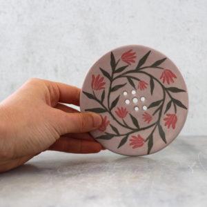 porte-savon artisanal en grès décoré à la main avec des engobes. Porte-savon violet avec fleurs rouges en frise