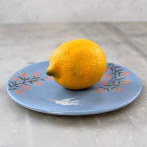assiette à dessert en grès, illustrée à la main avec des engobes.