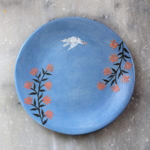 assiette à dessert bleu roien grès, illustrée à la main avec des engobes.
