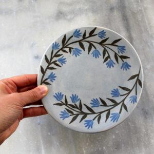 assiette artisanale en grès décorée à la main. ette à dessert bleu ciel avec fleurs bleues.