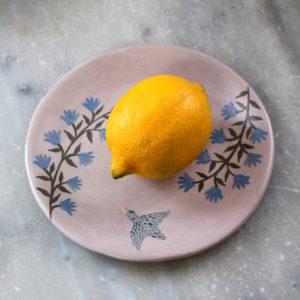 assiette artisanale en grès décorée à la main. Assiette violette avec oiseau et fleurs bleues