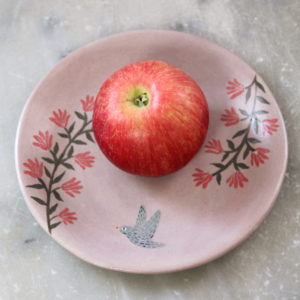 assiette artisanale en grès décorée à la main.