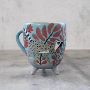 Tasse en grès bleue illustrée à la main femme et lémurien fleurs et feuillage