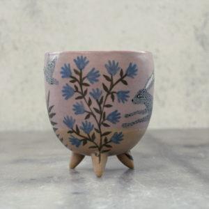 Tasse en grès illustrée à la main avec lièvre et fleurs bleues