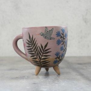 Tasse en grès illustrée à la main avec oiseau gris, feuillage et fleurs bleues