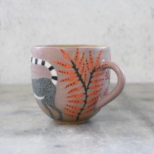 Tasse en grès illustrée à la main lémurien feuillage orange