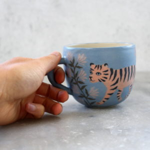 Tasse en grès bleu roi illustrée tigre