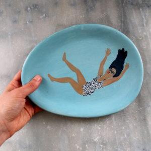 Petit plat bleu turquoise avec baigneuse. Plat artisanal estampé en grès et illustré à la main avec des engobes